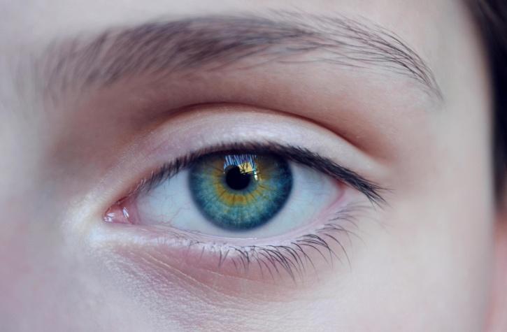 Sole, come proteggere viso e contorno occhi